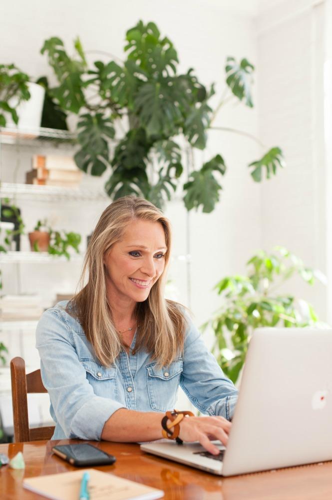 Sandra Scaiano at computer